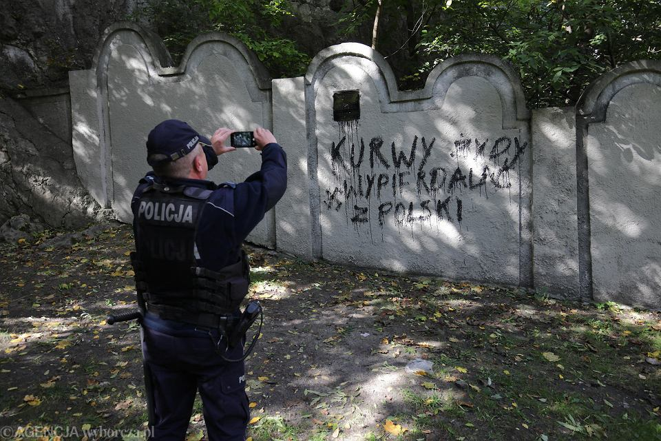 Zdjęcie numer 2 w galerii - Nieznani sprawcy zdewastowali fragment muru krakowskiego getta.