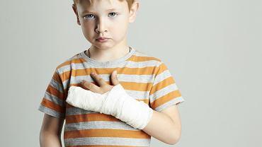 Stłuczony palec może być konsekwencją niewinnej zabawy. Objawy bywają różnie nasilone, czasem konieczne jest unieruchomienie obszaru dotkniętego urazem