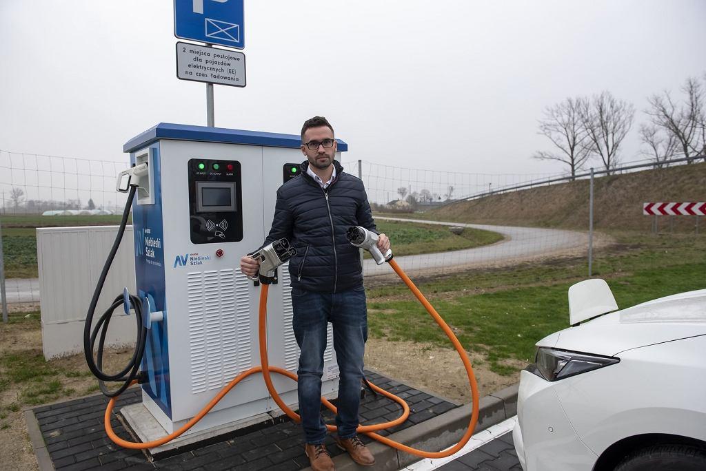Różne końcówki do ładowania samochodów elektrycznych