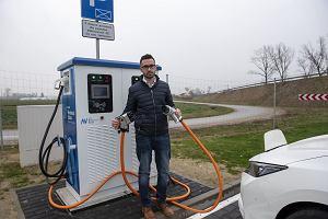 Stan sieci ładowania pojazdów elektrycznych na drogach szybkiego ruchu i autostradach