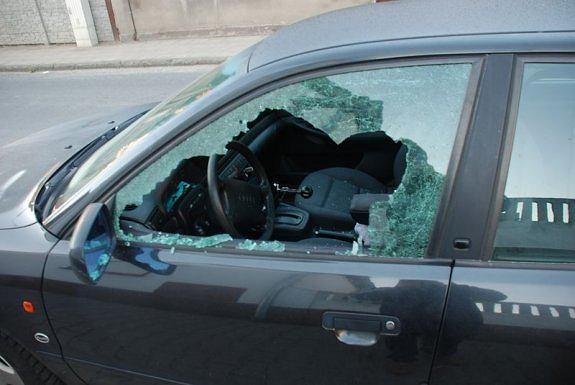 Policjanci wybili szybę, jeden z nich wskoczył do jadącego auta
