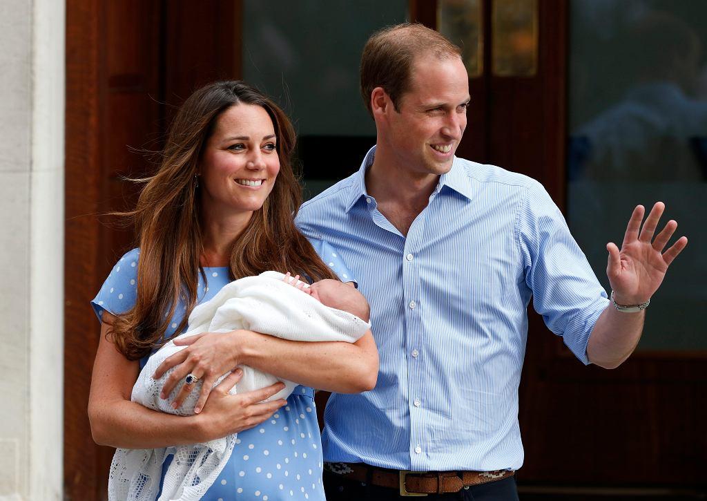 Księżna Kate i książę William pokazali synka, księcia George'a dzień po jego narodzinach.