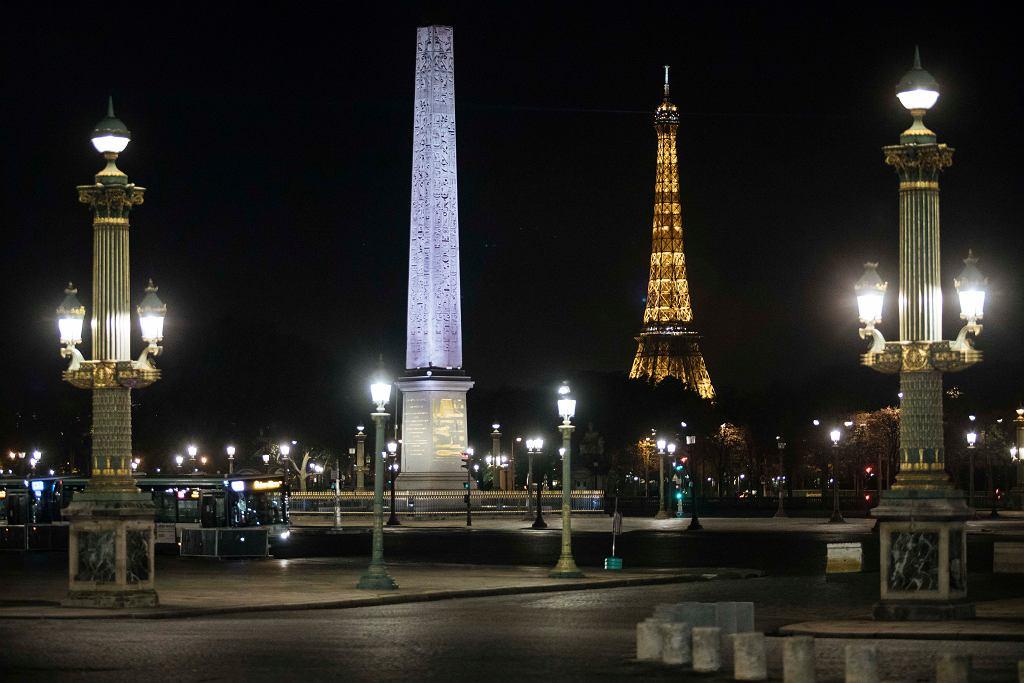 Francja. Pusty plac Concorde w Paryżu, gdzie wprowadzono godzinę policyjną.