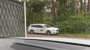 Samochód TVP przed domem rodziny Giertychów.