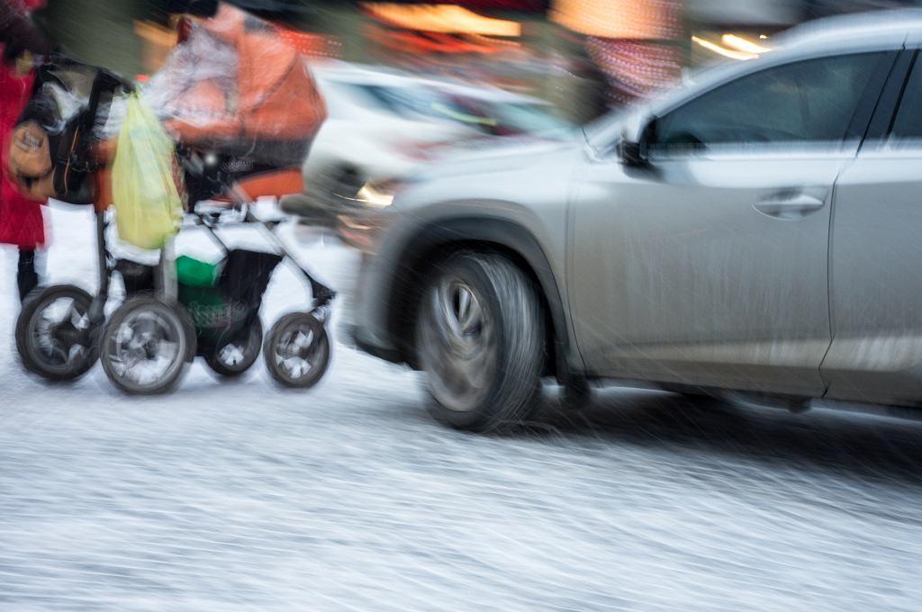 Na rodziców z wózkami w mieście czeka masa zagrożeń.
