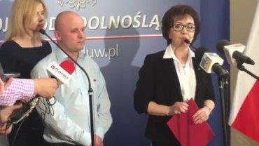 Wojewoda wręcza nagrodę kierowcy autobusu, który wyniósł bombę