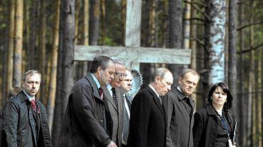 Premier Donald Tusk i premier Władimir Putin podczas obchodów 70. rocznicy zbrodni katyńskiej. Z prawej tłumaczka Magdalena Fitas Dukaczewska, 7 kwietnia 2010 r.