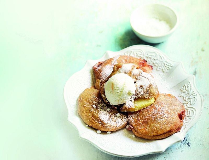 Pancakes z jabłkami w sosie winno-korzennym Śliwki i jabłka