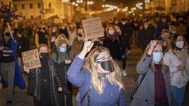Białystok. Strajk kobiet, 9. dzień protestów. Kilka tysięcy osób przeszło ulicami miasta manifestując swój sprzeciw wobec wyroku Trybunału Konstytucyjnego  w sprawie zaostrzenia prawa aborcyjnego