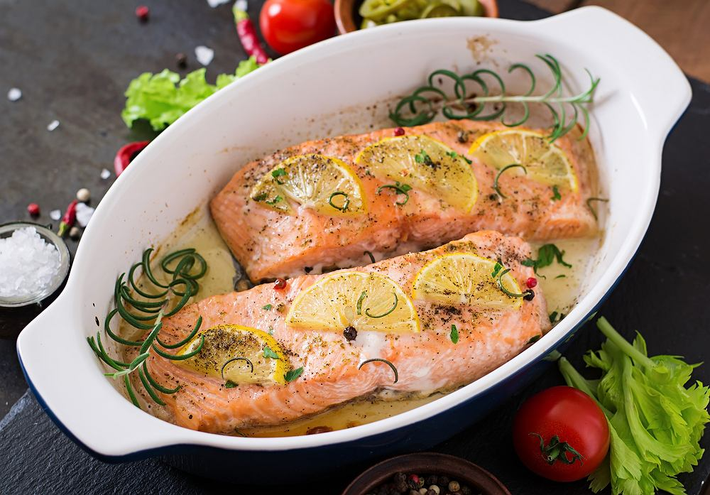 Przepis na łososia pieczonego w folii lub bez niej warto znać - to jeden z najlepszych sposobów na tę rybę
