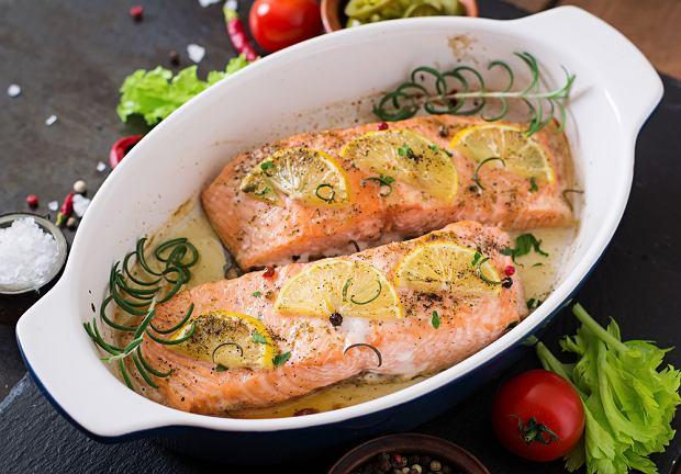 Łosoś pieczony - przepis na zdrowy obiad lub kolację