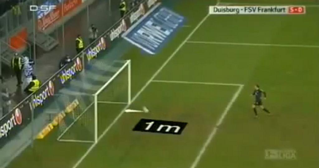 Sędzia Marco Fritz uznaje gola w meczu Duisburg - FSV Frankfurt, choć piłka odbiła się metr od linii bramkowej