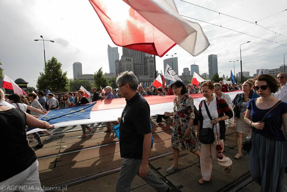 04.06.2016 Warszawa, pl. Bankowy. Marsz w 27. rocznicę pierwszych, częściowo wolnych wyborów 4 czerwca 1989 r.
