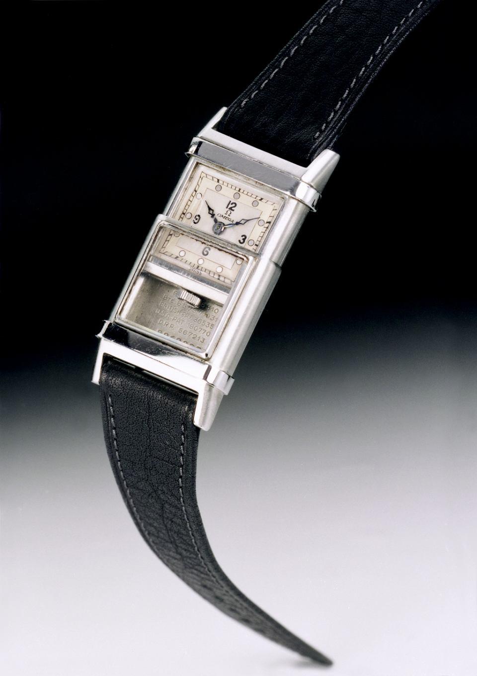 Zegarek Omega Marine, pierwszy zegarek nurkowy na świecie. Wyposażony w charakterystyczną ruchomą podwójną kopertę ze stali szlachetnej Staybrite, która umożliwia wsunięcie wewnętrznej części koperty w zewnętrzną.