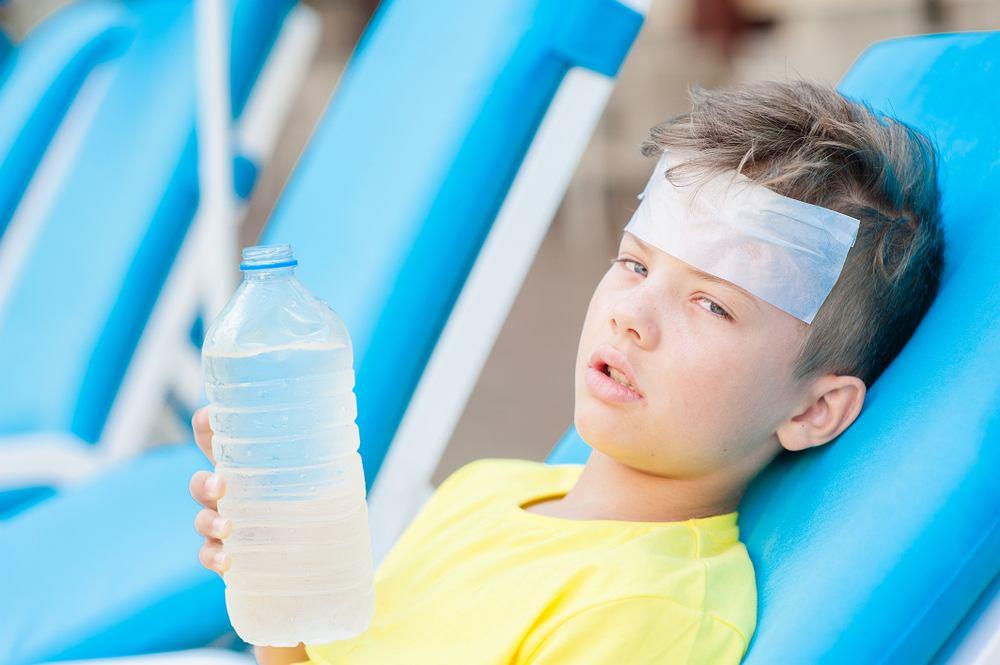Udar słoneczny stanowi poważne zagrożenie dla zdrowia, szczególnie małych dzieci. Objawia się m.in. czerwoną, ciepłą i wysuszoną skórą, przyspieszonym pulsem, bólem głowy lub zawrotami głowy, a niekiedy nawet utratą przytomności.