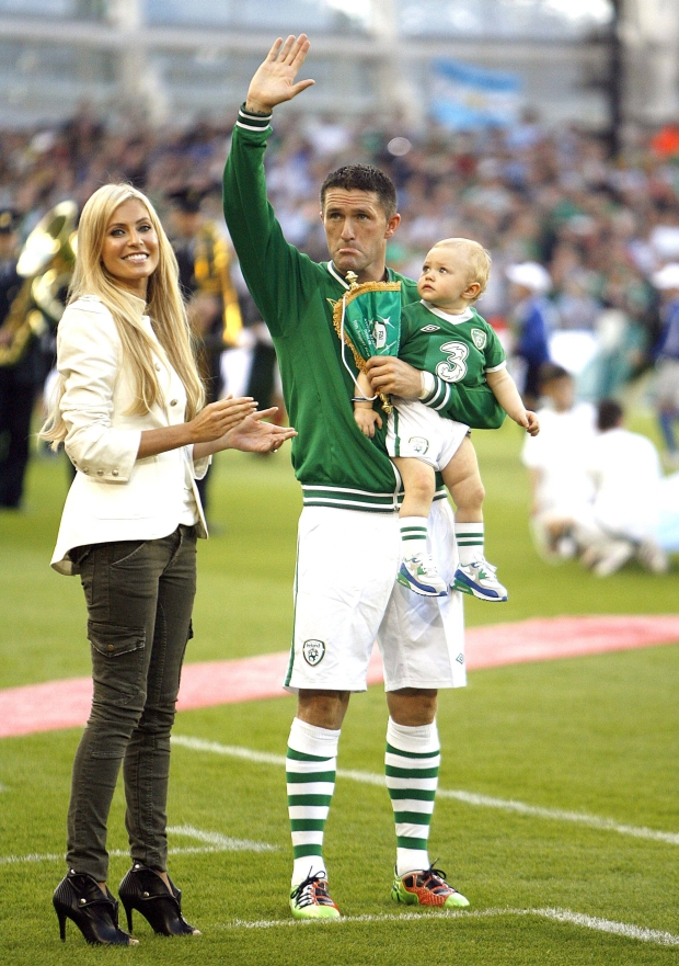 Bildnummer: 06310607  Datum: 11.08.2010  Copyright: imago/Sportimage  Robbie Keane (Irland) wird im Beisein von Ehefrau Claudine und Sohn Robert anl??lich seines 100. L?nderspiels geehrt PUBLICATIONxNOTxINxUK; Fussball Herren Nationalteam L?nderspiel Dublin vdig xsp 2010 hoch Aufmacher premiumd xint o0 Jubil?um Jubil?umsspiel Auszeichnung Spielerehrung Frau Spielerfrau Familie privat Kind    Image number 06310607 date 11 08 2010 Copyright imago  Robbie Keane Ireland will in Presence from Wife Claudine and Son Robert during its 100 Match honored PUBLICATIONxNOTxINxUK Football men National team international match Dublin Vdig  2010 vertical Highlight premiumd  o0 Anniversary Anniversary game Award Players ceremony Woman Players woman Family Private Child