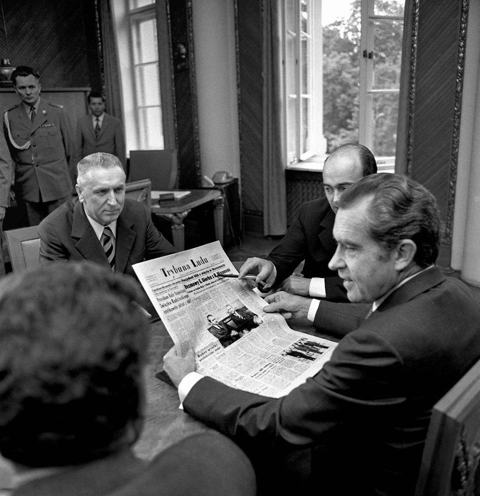Barack Obama to kolejny prezydent USA, który odwiedza Polskę. Pierwszym był Richard Nixon w 1972 r. Od tej pory polscy i amerykańscy przywódcy spotykają się regularnie. Wyjątkiem był Ronald Reagan. Po wprowadzeniu stanu wojennego w 1981 r. stosunki USA i Polski uległy gwałtownemu oziębieniu i o żadnych wizytach o najwyższym szczeblu nie było już mowy. Pierwszym amerykańskim prezydentem, który odwiedził Polskę, był Richard Nixon. Jego wizyta trwała od 31 maja do 1 czerwca 1972 r. Na zdjęciu w siedzibie Komitetu Centralnego Polskiej Zjednoczonej Partii Robotniczej podczas spotkania z pierwszym sekretarzem partii Edwardem Gierkiem. Asystent tłumaczy Nixonowi artykuł na pierwszej stronie