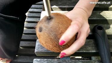 Jak otworzyć kokosa? Sprawdzony i skuteczny domowy sposób