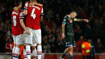 Intymna chwila trzech graczy Arsenalu. Kanonierzy pokonali 2:0 Napoli po golach Oezila i Girouda.