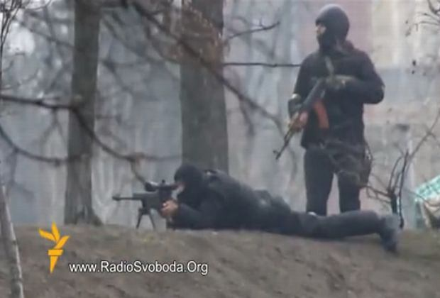 Kijów. Snajper przymierza i oddaje strzał