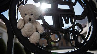 Dziecięce zabawki, symbol pedofilii w Kościele. Zawieszono je na bramie siedziby biskupa.