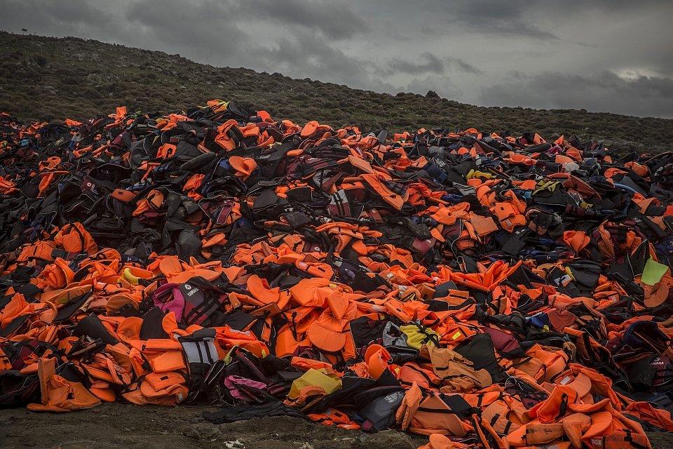 Kamizelki porzucane przez uchodźców