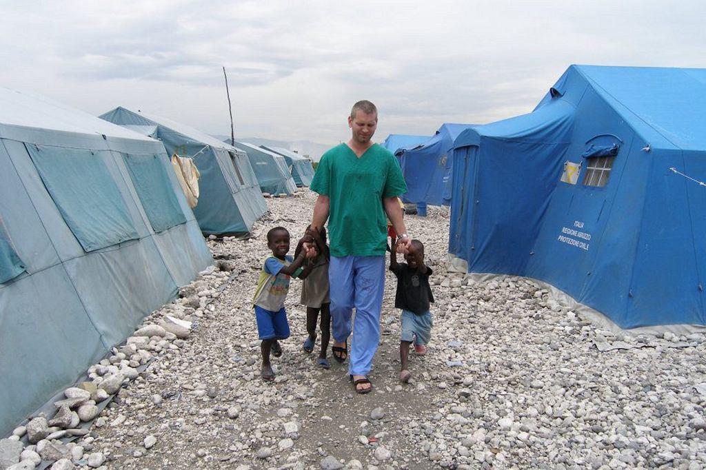 Radosław Niedźwiedź podczas pracy na Haiti (fot. archiwum prywatne Radosława Niedźwiedzia)
