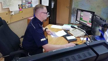 Policjant z komisariatu, który pomógł uratowanej Polce