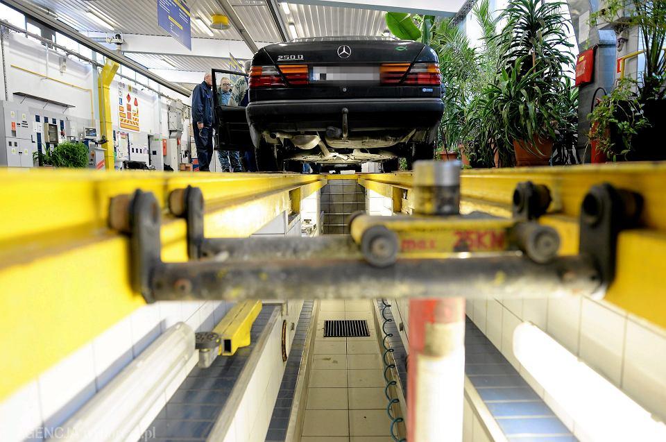 Badania diagnostyczne samochodu w stacji kontroli pojazdów.