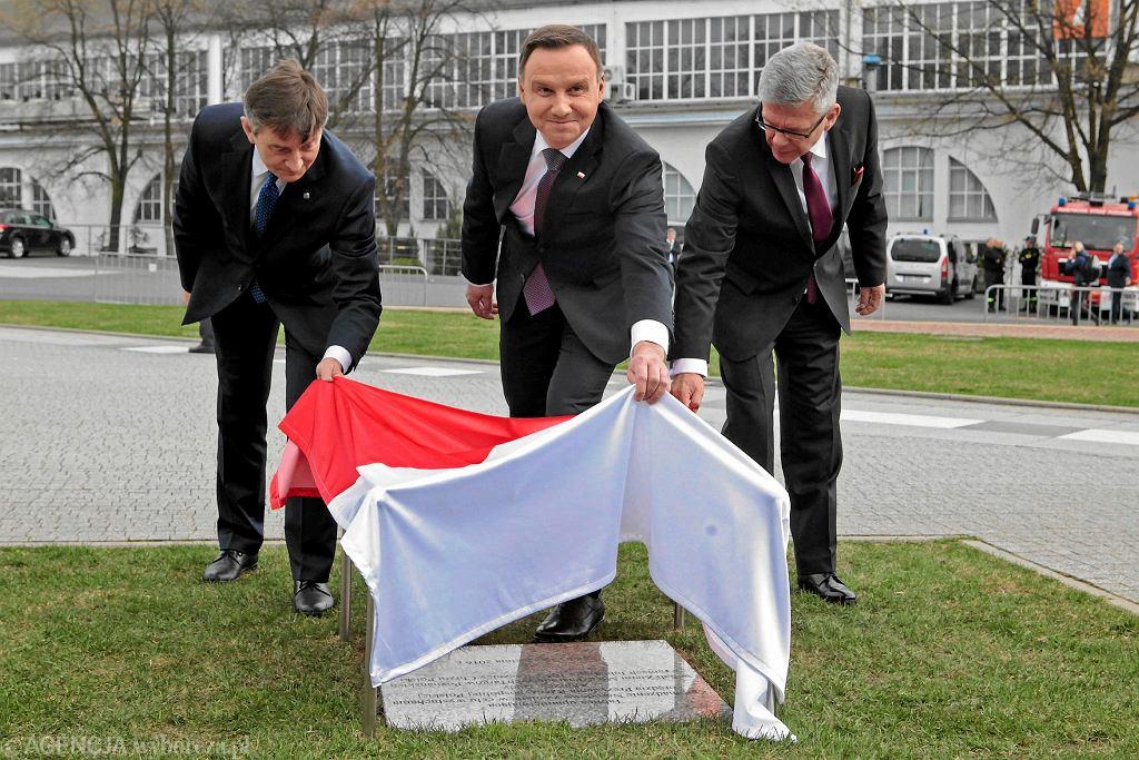 Andrzej Duda podczas odsłonięcia pamiątkowej tablicy w ramach uroczystych obrad Zgromadzenia Narodowego z okazji jubileuszu 1050 rocznicy chrztu Polski, 15 kwietnia 2016 roku, Poznań