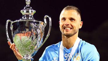 Łukasz Gikiewicz z trofeum