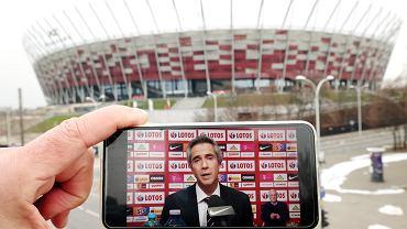Trener reprezentacji Polski Paulo Sousa, w tle Stadion Narodowy