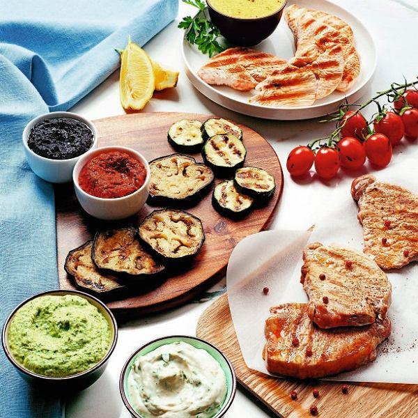Do grillowanych w klasyczny sposób bakłażanów, piersi kurczaka czy schabu warto podać sosy i dipy