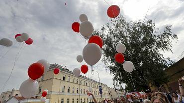 18.08.2020, Mińsk, demonstracja przed więzieniem, w którym przetrzymywani są aresztowani podczas protestów przeciwko sfałszowanym przez Aleksandra Łukaszenkę wyborom prezydenckim.