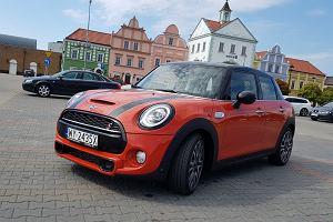 Mini Hatch 5d Cooper S - opinie Moto.pl. Nastolatek na imprezie nudziarzy