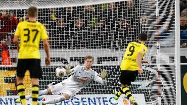 Robert Lewandowski strzela karnego w meczu z Mainz