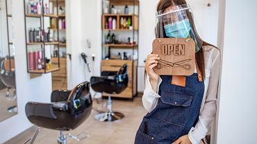 Salony fryzjerskie wciąż zamknięte. Ta kobieta znalazła na to sposób. Jej zdjęcie robi furorę w sieci