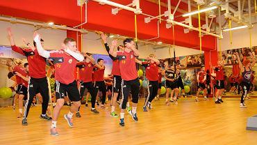 Trening piłkarzy Korony Kielce w klubie fitness Pure Jatomi w Galerii Echo