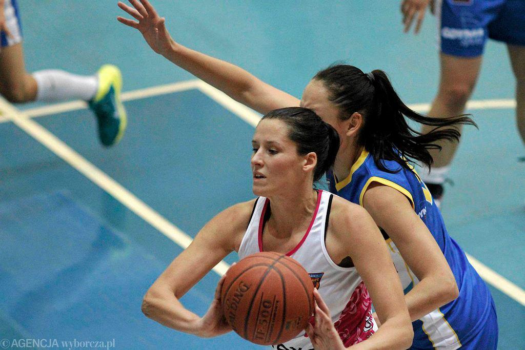 Elżbieta Mowlik (z piłką)