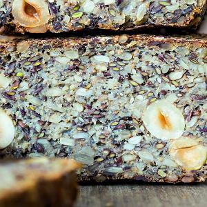 Chlebek z nasion może leżeć w temperaturze pokojowej zawinięty w ściereczkę ok. 6 dni, wlodówce jeszcze dłużej