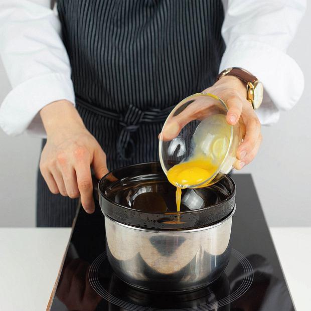 Sos holenderski: miskę wstawiamy wgarnek zdelikatnie gotującą się wodą, którawypełnia go do 1/3 wysokości. Podgrzewamy miskę na parze i wkładamy doniej żółtka.