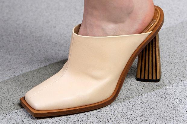 Beżowe botki na lato jako nieodłączny element stylizacji. Dopasuj je do sukienki i spodni