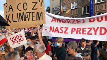 Białystok, 20 czerwca 2020. Mieszkańcy na spotkaniu z prezydentem Andrzejem Dudą. Wśród nich także białostoczanie, chcący zwrócić uwagę na zmiany klimatu