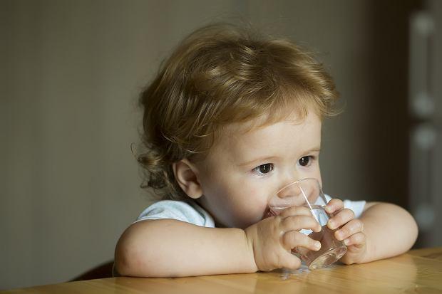 Woda dla dzieci a woda dla niemowlaka? Jak nauczyć dziecko pić wodę?
