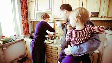 """W czasie eksperymentu nauczyłam się, jak w kuchni zrobić """"coś z niczego"""". W latach 80. przecież każda szanująca się gospodyni domowa potrafiła sama ukisić ogórki, zrobić powidła i upiec sernik."""