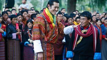 Król Buthanu Jigme Khesar Namgyel Wangchuck z poddanymi