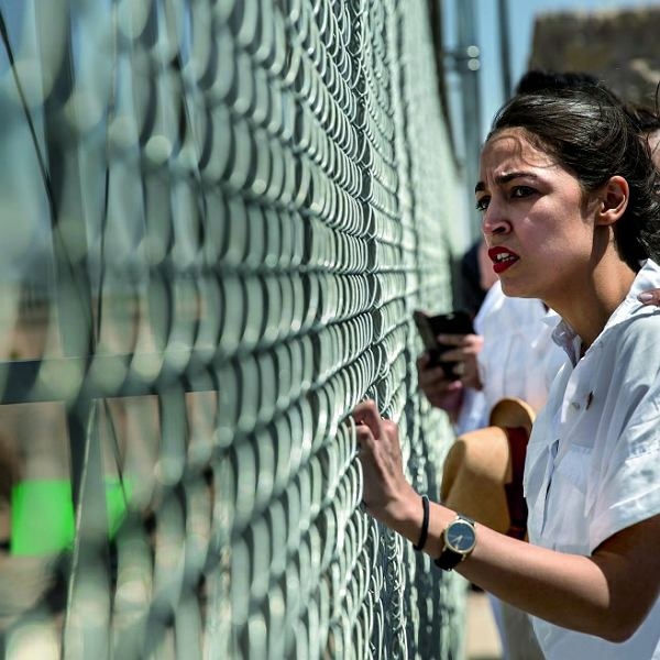 Alexandria Ocasio-Cortez na demonstracji przeciwko przetrzymywaniu w odosobnieniu dzieci odebranych opiekunom, którzy nielegalnie przekroczyli z nimi amerykańską granicę, przed ośrodkiem detencji w Tornillo w Teksasie, 23 czerwca