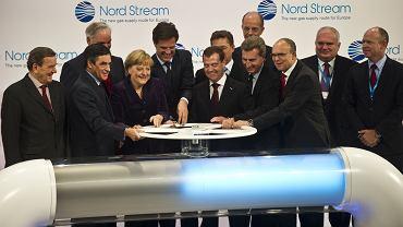 Niemiecki regulator zwolnił aż na 20 lat - wbrew opinii Polski i pięciu innych państw UE - gazociąg Nord Stream 1 z Rosji z unijnych przepisów antymonopolowych. Bo Berlin uznał, że to przyczynia się do bezpieczeństwa dostaw gazu do Niemiec i UE. Na zdjęciu: symboliczne otwarcie gazociągu - 8 października 2011