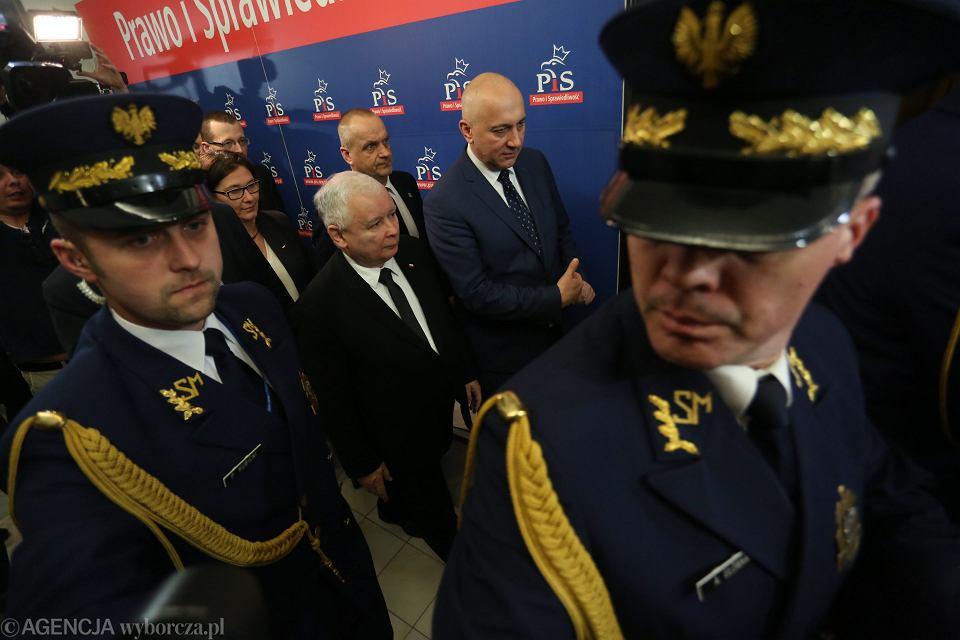 Joachim Brudziński i prezes PiS Jarosław Kaczyński na sejmowym korytarzu podczas pierwszego w nowym roku posiedzenia. Warszawa, Sejm, 11 stycznia 2017