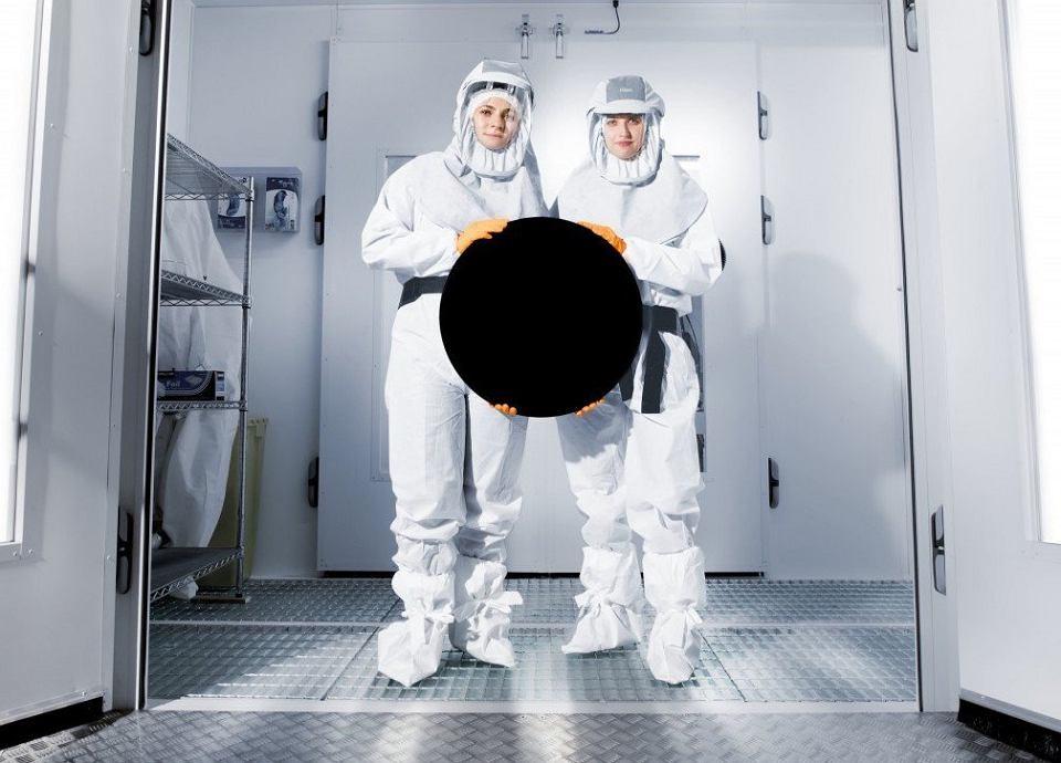 Tak wygląda czarne pokrycie Vantablack stworzone przez brytyjską firmę Surrey NanoSystems. Czerń, jaką uzyskali inżynierowie MIT (także za pomocą węglowych nanorurek) jest jeszcze bardziej czarna